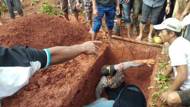 Photo of Kenakan Seragam Dinas, Kapolsek Toili Iptu Candra Ikut Semayamkan Jenazah Warganya