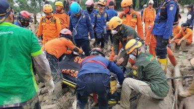Photo of Tim SAR Gabungan Wahdah Peduli, BASARNAS dan SAR Pemadam Evakuasi 1 Jenazah Korban Banjir Bandang Masamba