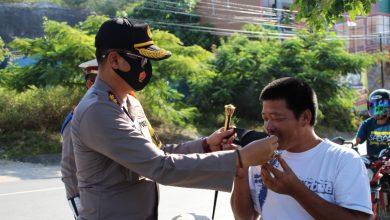 Photo of Cegah Covid-19, Kapolres Banggai Terjun Langsung Bagikan Ratusan Masker Kepada Pengendara