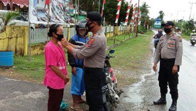 Photo of Disiplinkan Masyarakat, Polsek Batui Bagikan Masker Kepada Pengguna Jalan