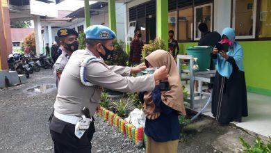 Photo of Bagikan Masker, Kapolsek Toili Ajak Warga Terapkan Protokol Kesehatan Cegah Covid-19