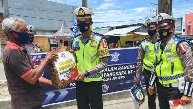 Photo of Hari Lalu Lintas Bhayangkara ke-65, Polres Banggai Salurkan Ratusan Paket Sembako dan Masker