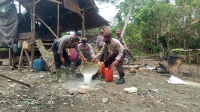 Photo of Polsek Batui Kembali Musnakan Ratusan Liter Miras Jenis Cap Tikus di Desa Bonebalantak