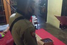 Photo of Sebuah Rumah di Luwuk Digeladah Polisi, Belasan Botol Miras Diamankan