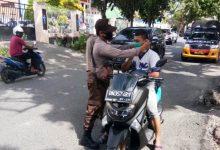 Photo of Bagikan Masker Kepada Pengguna Jalan, Masyarakat Diimbau Patuhi Protokol Kesehatan