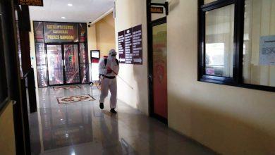 Photo of Putus Mata Rantai Covid-19, Mapolres Banggai Rutin Disemprot Disinfektan