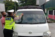Photo of Satlantas Polres Banggai Pasang Stiker Ayo Pakai Masker di Mobil